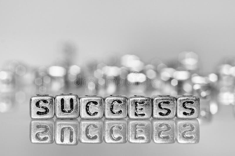 Слово успеха написанное на кубе серебра grunge с черно-белым стоковая фотография