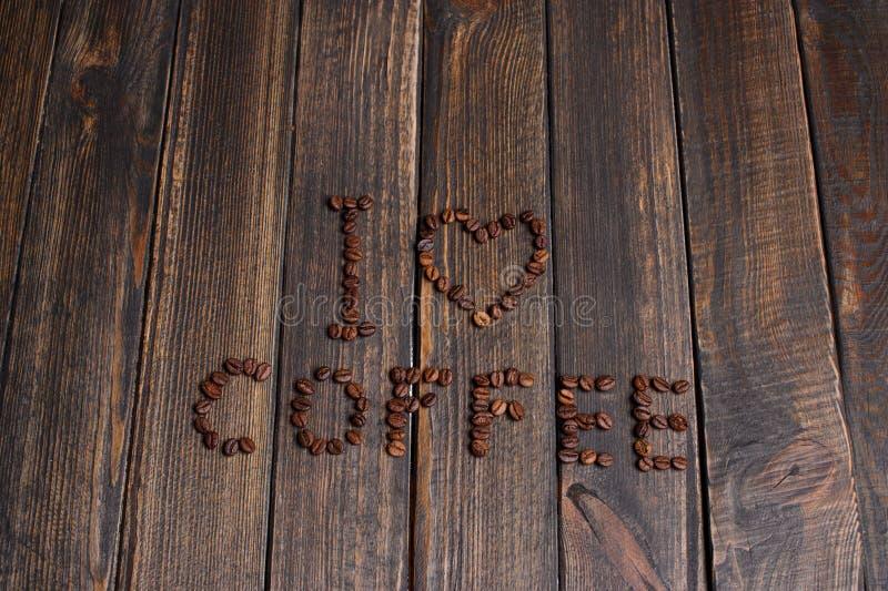 слово & x22; Я люблю coffee& x22; сделанный из кофейных зерен стоковая фотография