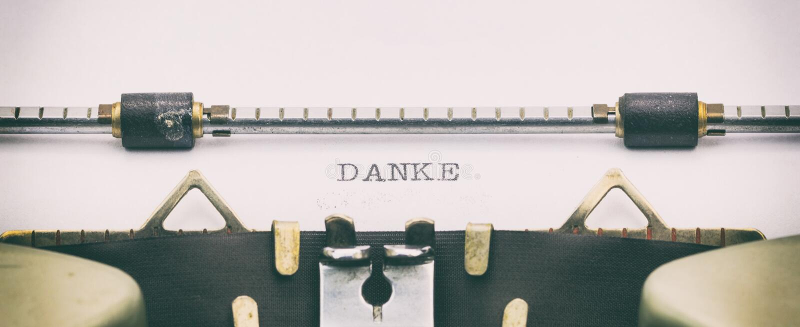 Слово DANKE в прописных буквах на листе машинки стоковое фото rf