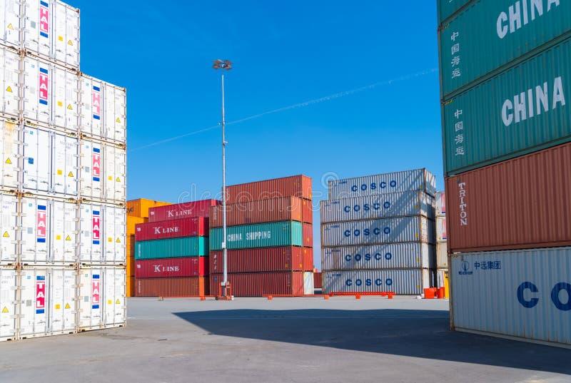 Сложенные вверх грузовые контейнеры стоковое фото