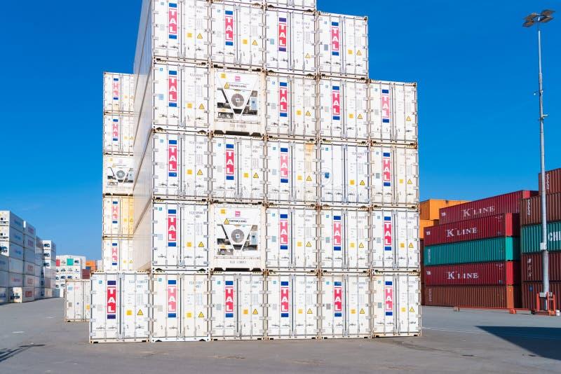Сложенные вверх грузовые контейнеры стоковые фото
