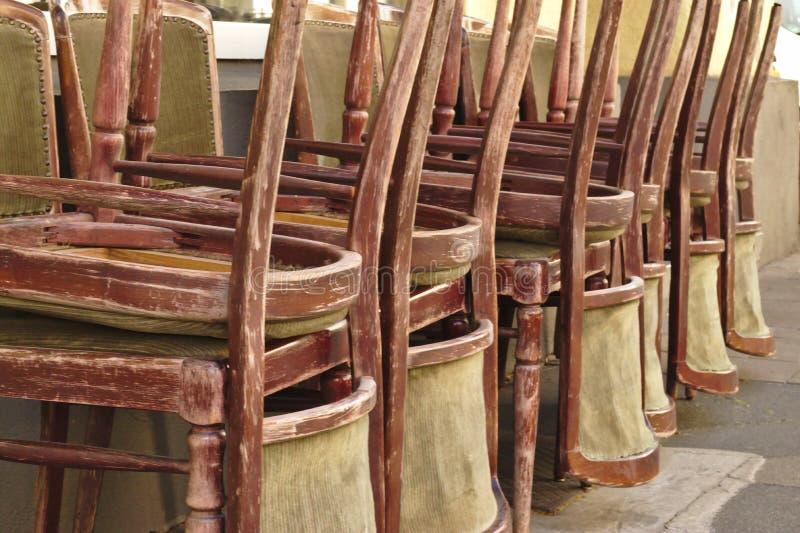 Сложенные вверх стулья стоковое фото