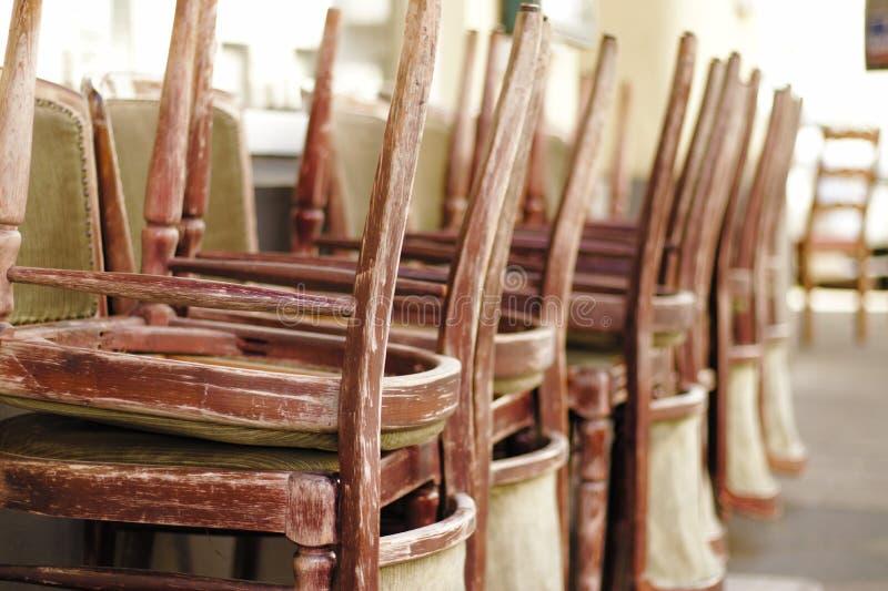 Сложенные вверх стулья стоковые фото