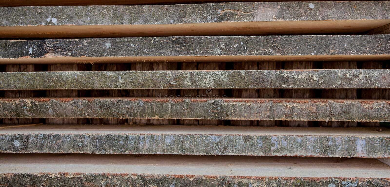 Сложенные деревянные коричневые и серые планки в лесопилке Сложенные доски ольшаника как текстура стоковые изображения rf