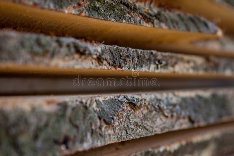 Сложенные деревянные коричневые и серые планки в лесопилке Сложенные доски ольшаника как текстура стоковое фото rf