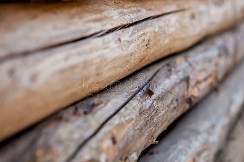 Сложенные деревянные коричневые и серые планки в лесопилке Сложенные доски ольшаника как текстура стоковая фотография rf