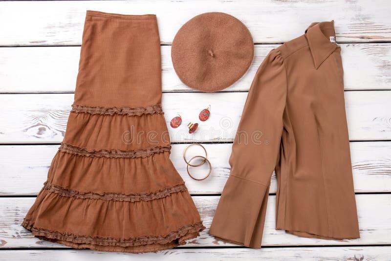 Сложенные женщины кардиган и юбка платья стоковые изображения rf