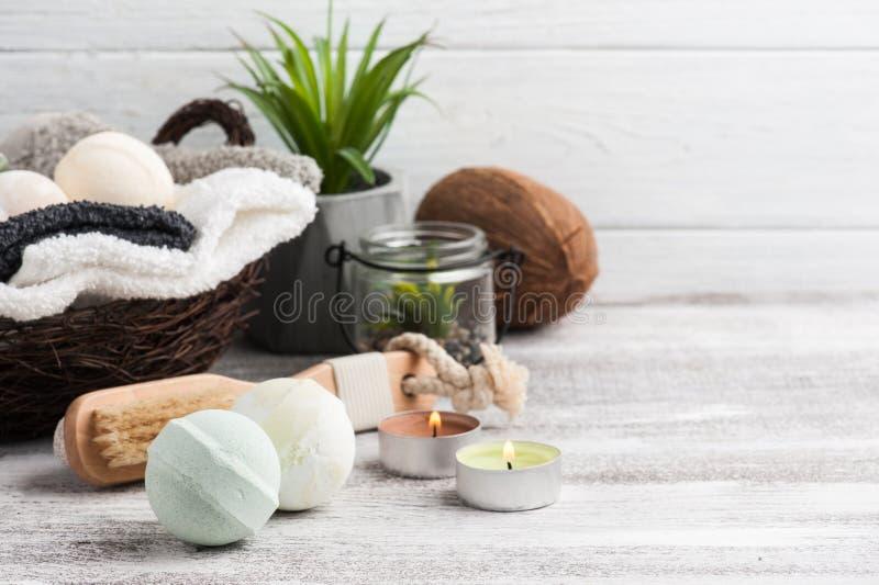 Сложенные полотенца в bascket с бомбами ванны стоковые фото