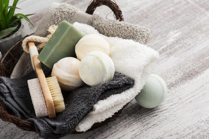 Сложенные полотенца в bascket с бомбами ванны стоковая фотография
