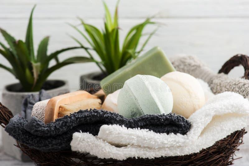 Сложенные полотенца с бомбами ванны стоковые фото