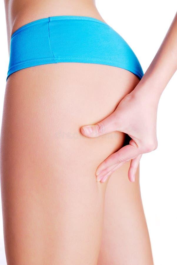 сложите ногу сжимая женщину испытания кожи стоковое фото rf