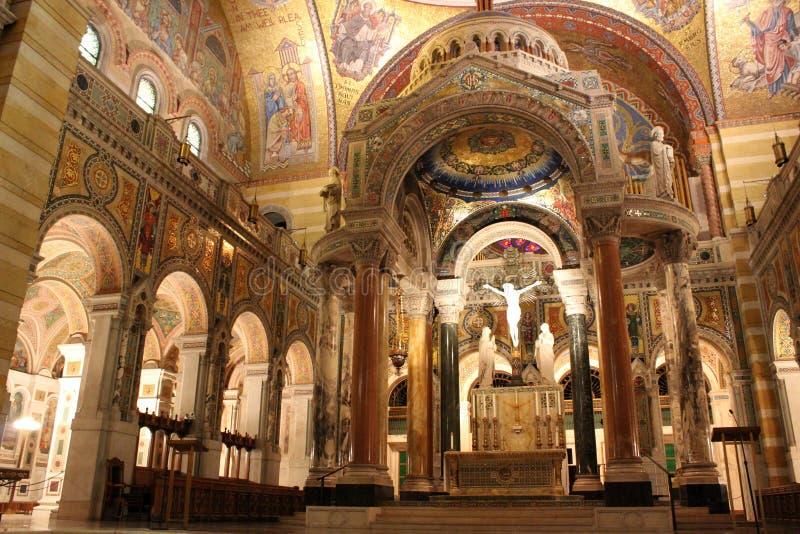Сложная деталь в художественном произведении созданном от плиток мозаики, на больших столбцах, стенах и базилике собора потолков, стоковое изображение