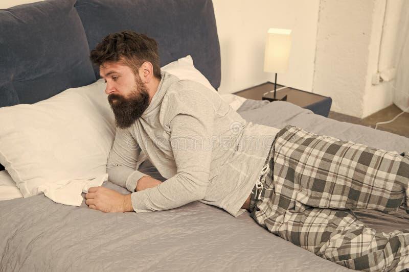 Сложно проснуться бородатый хипстер хочет спать по утрам жестокий сонный человек в спальне зрелый мужчина с бородой стоковое фото rf