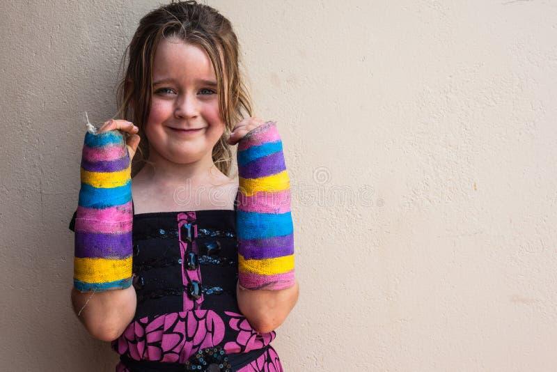 Сломанная девушка подготовляет гипсолит стоковое фото