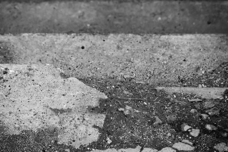 Сломанная monochrome лестница сделанная камня на верхней части стоковая фотография