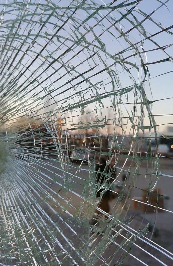 Сломанное стекло на заходе солнца, окно магазина офисного здания стоковая фотография rf