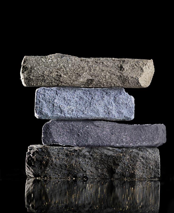 Сломанные тени для век возвышаются голубая цветовая палитра на черной предпосылке стоковые фото