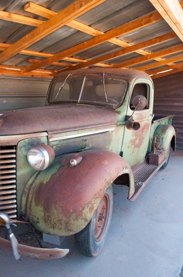 Сломанный вниз с старого ржавого грузового пикапа стоковая фотография rf