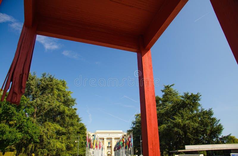 Сломанный стул перед зданием объединенной нации, Женевой, Switzer стоковые изображения