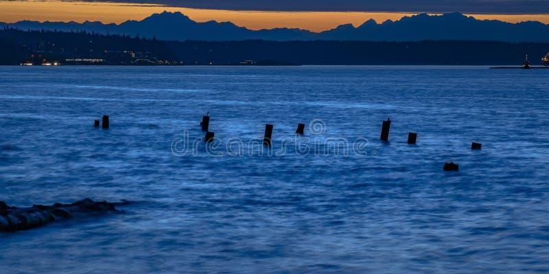 Сломленная пристань в Tacoma Вашингтоне на заходе солнца стоковые фото