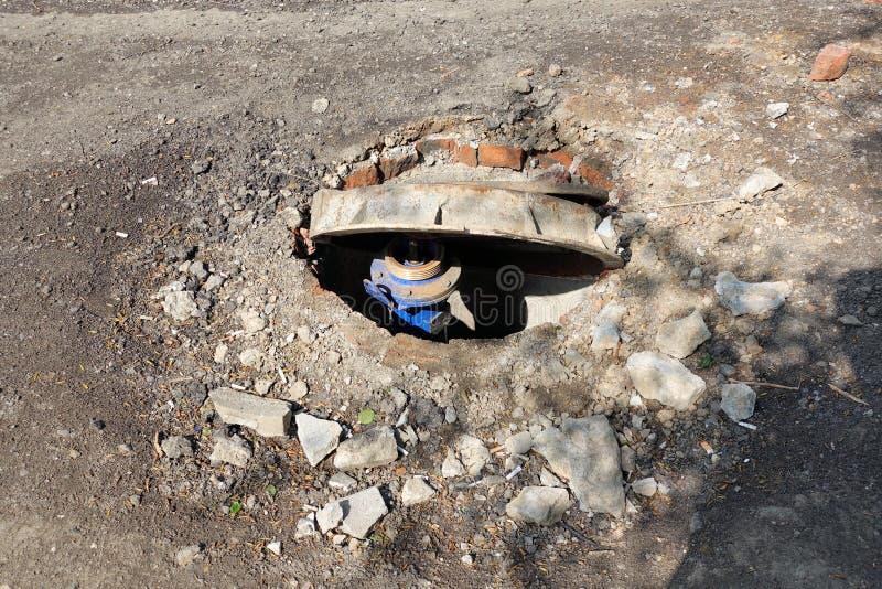 Сломленная сточная труба на дороге Опасность ушиба Ремонт сообщений стоковое изображение