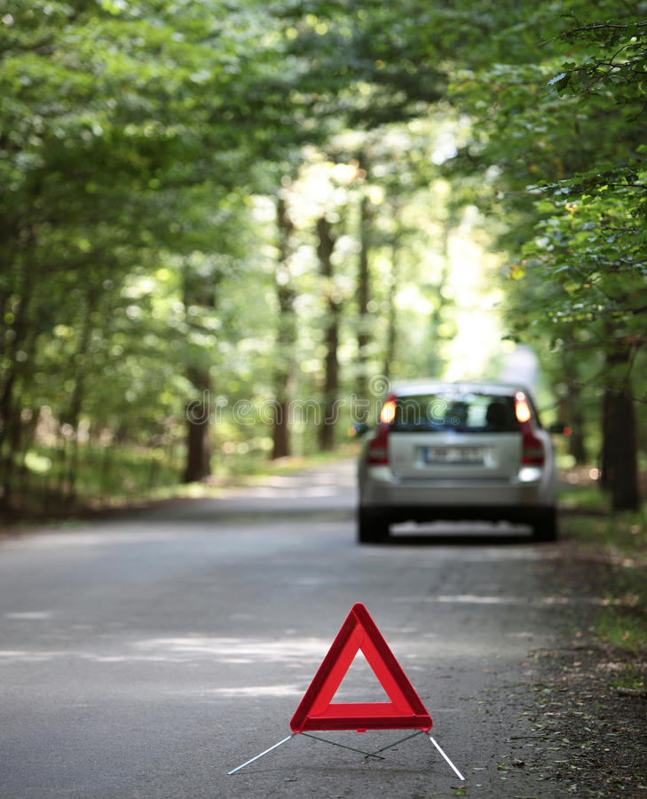 сломленное автомобиля предупреждение треугольника вниз стоковые изображения rf