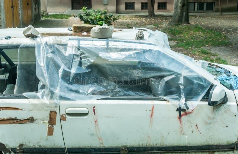 Сломленное и разрушенное стекло окна на поврежденных автомобильных дверях предусматриванных с пластичным концом нейлона вверх пос стоковые изображения rf