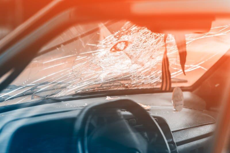 сломленное лобовое стекло автомобиля стоковые изображения