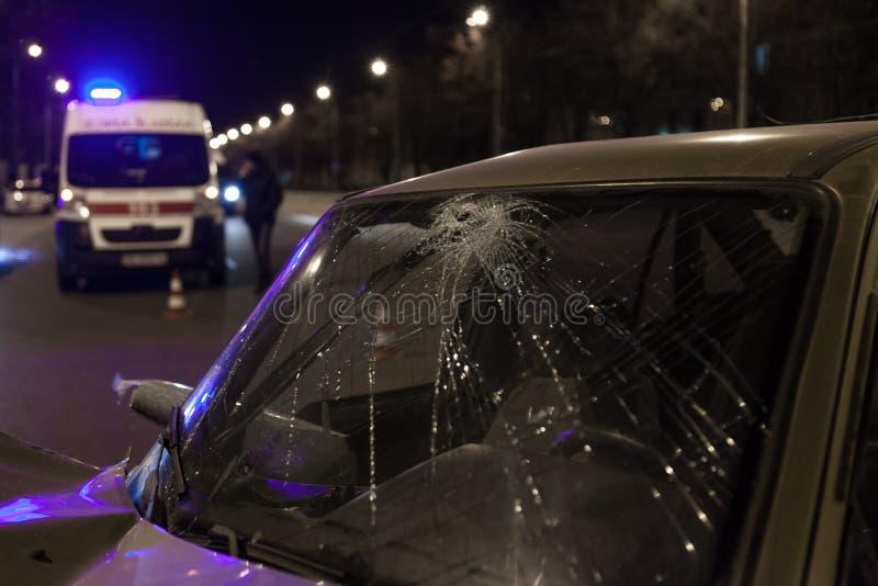 Сломленное лобовое стекло, на заднем плане машина скорой помощи стоковое изображение