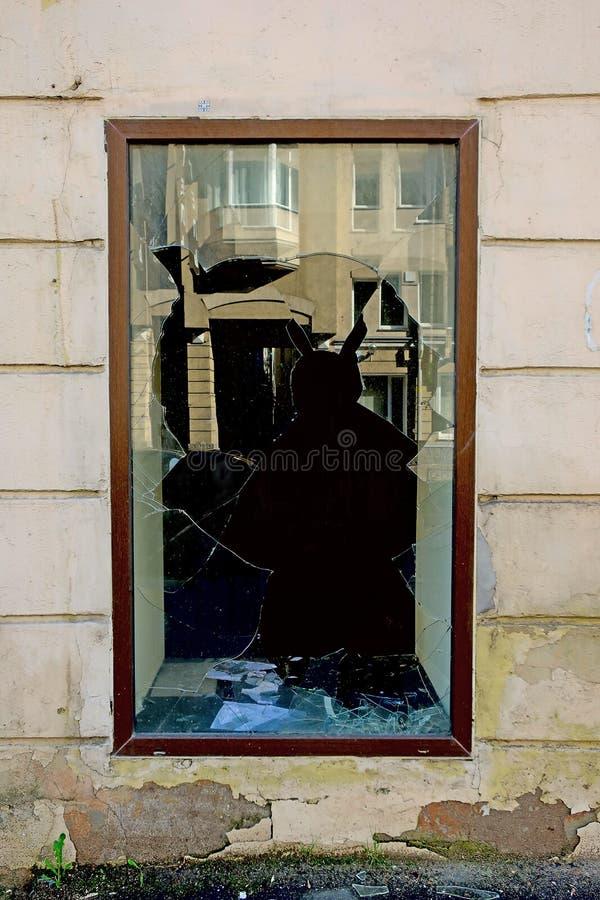 Сломленное окно в доме стоковые фотографии rf