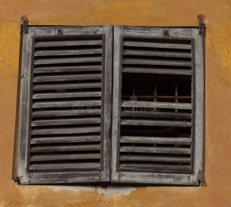 сломленное окно штарки стоковое изображение