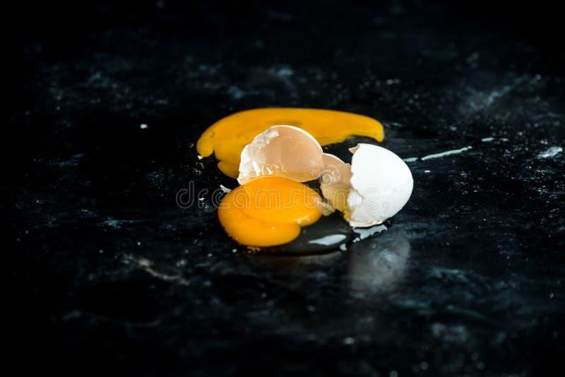 Сломленное яйцо на таблице стоковые изображения