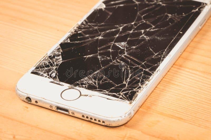 Сломленное iPhone 6S превратилось компанией Яблоком Inc стоковое фото