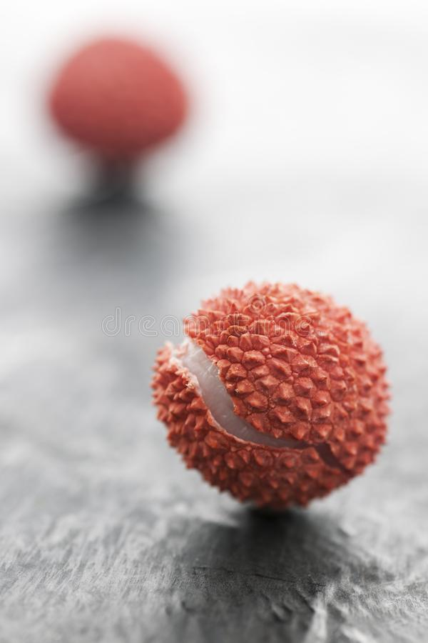 Сломленное lychee на шифере на переднем плане стоковое изображение
