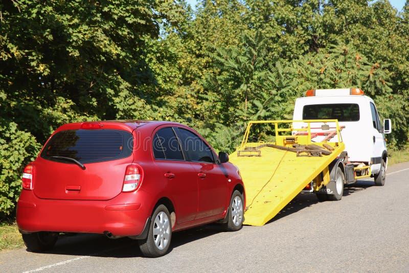 Сломленные автомобиль и эвакуатор стоковые изображения rf