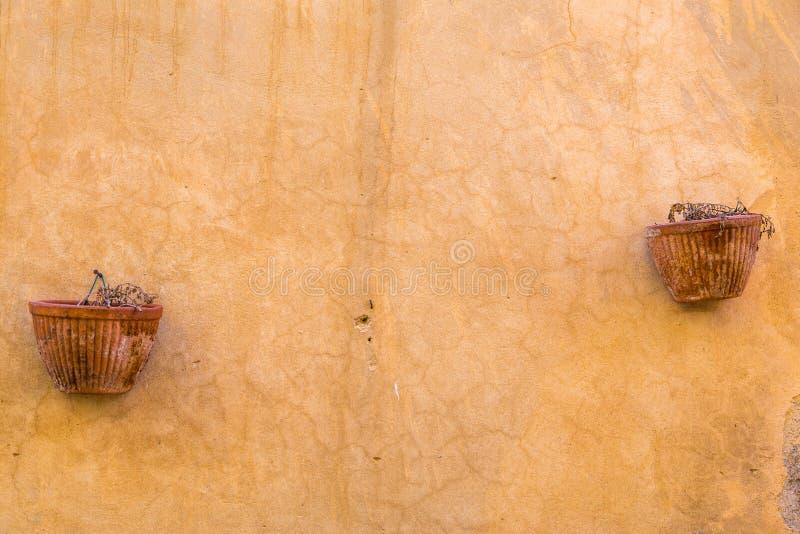 Сломленные глиняные горшки на стене стоковое изображение rf