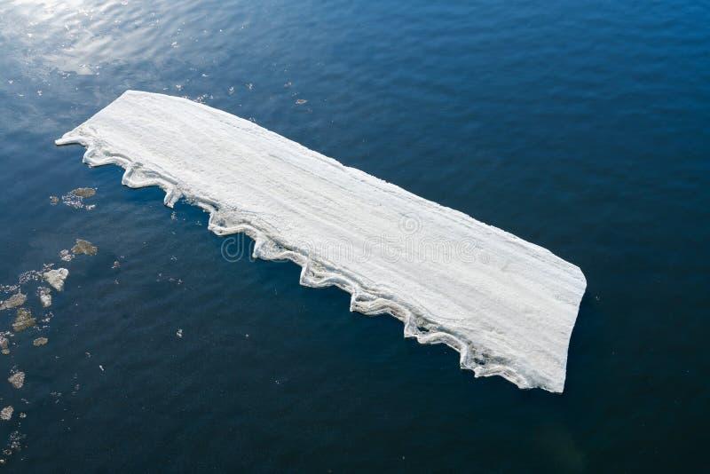Сломленные части весны льда на поверхности воды абстрактная предпосылка стоковые изображения rf
