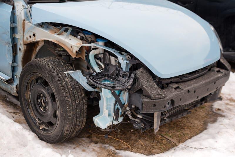 Сломленный автомобиль после аварии Автоматическая авария, развалина с ушибом повреждения Улица, столкновение движения Сломленный  стоковое фото