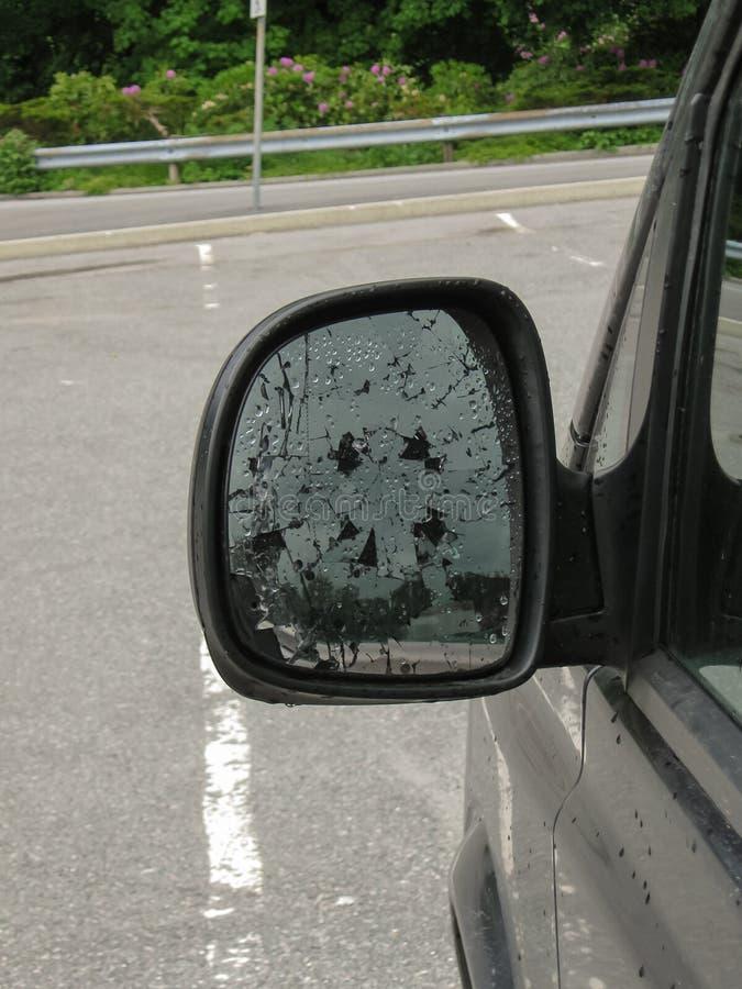 Сломленный бортовой конец-вверх автомобиля зеркала Последствия аварии или акта вандализма стоковая фотография rf