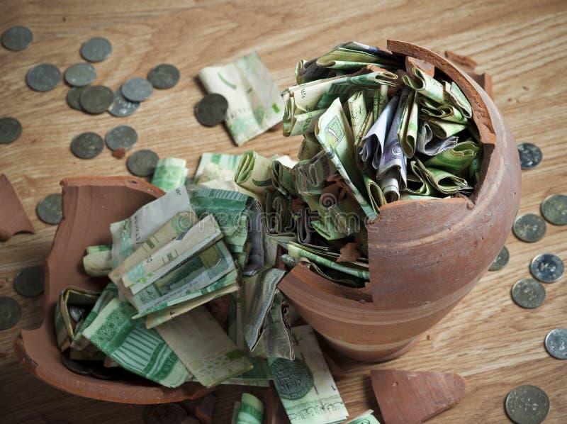 Сломленный денежный ящик с саудовскими банкнотами риала и монетками 4 стоковое фото