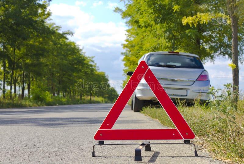 Сломленный знак автомобиля на дороге стоковые фото