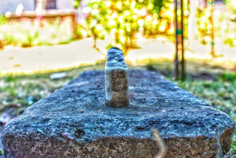 Сломленный камень усыпальницы стоковые изображения rf