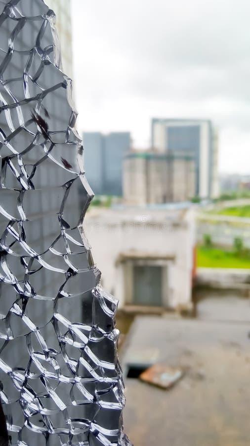 сломленный крупный план стекла окна взгляд из сломленного окна разрушенное стекло окна Треснутое стекло окна стоковая фотография