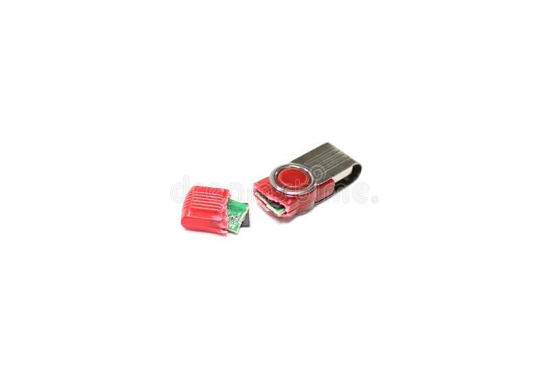 Сломленный привод вспышки USB изолированный на белой предпосылке стоковое изображение