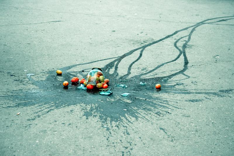 Сломленный стеклянный опарник с томатами стоковое фото