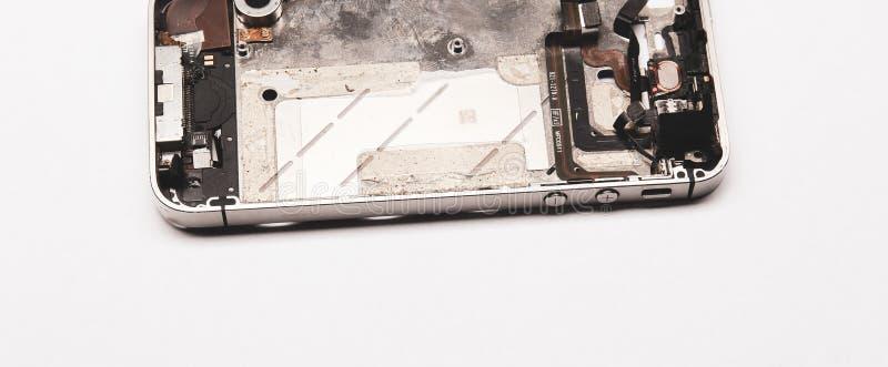 сломленный телефон Части изолята компонентов смартфона на белой предпосылке стоковое изображение