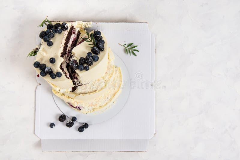 Сломленный торт на белой предпосылке Плохой день рождения, свадьба Избалованный праздник Невезучесть, плохая концепция доставки r стоковая фотография