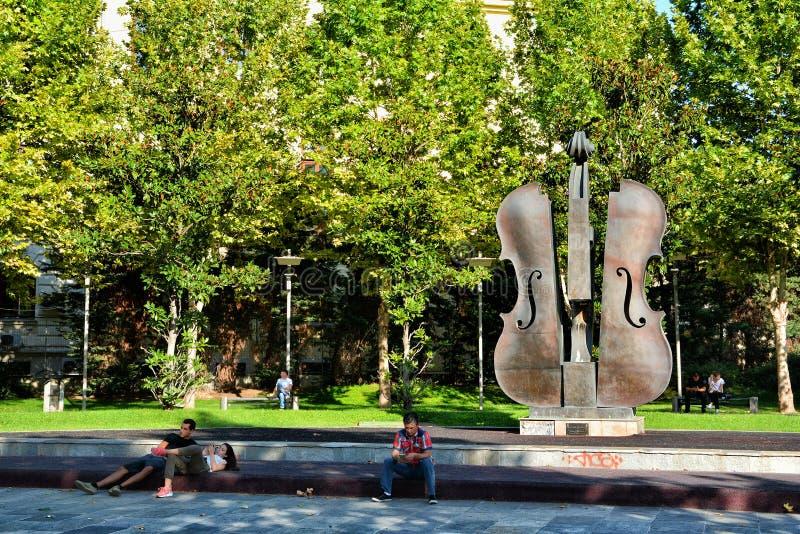Сломленный фонтан скрипки в Бухаресте стоковое изображение rf