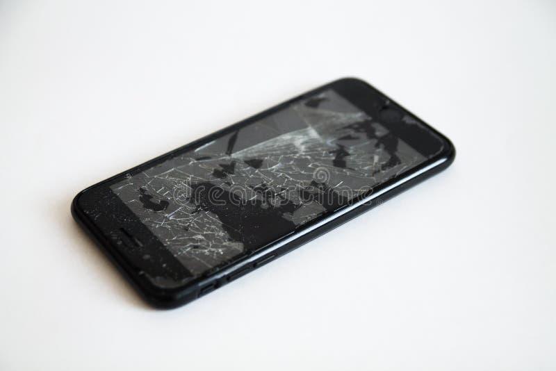 Сломленный черный умный телефон с отказами на экране стоковое фото
