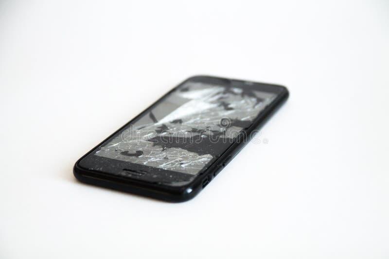 Сломленный черный умный телефон с отказами на экране стоковое фото rf